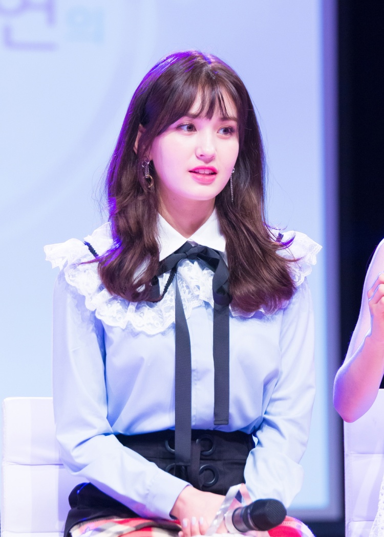 """Nhan sắc cuốn hút của """"Bông hồng lai"""" Jeon Somi."""