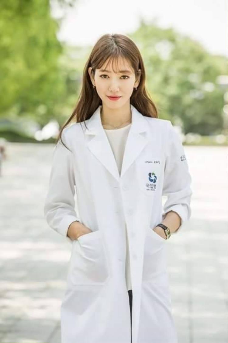 Park Shin Hye theo đuổi phong cách nữ tính, hiện đại và ngọt ngào.