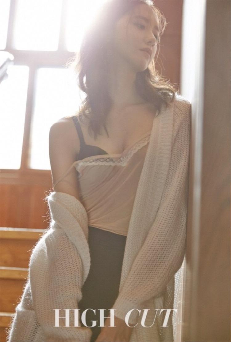 """Trong bộ ảnh chụp cho tạp chí High Cut, hình ảnh Yoona diện áo ngủ, lộ vòng một căng tràn và cả nội y lấp ló khiến các fan không khỏi """"phát cuồng""""."""