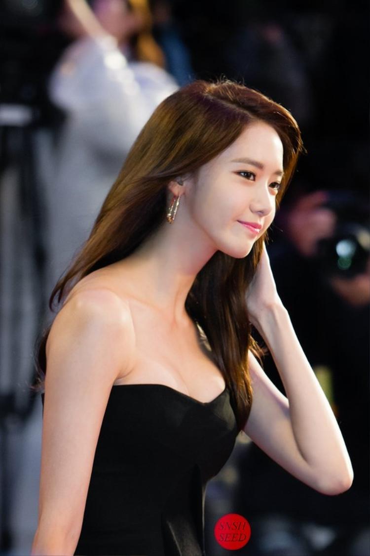 """Yoona """"thiêu đốt"""" ánh nhìn người đối diện khi diện váy cúp ngực."""