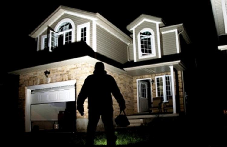 Trộm đột nhập biệt thự đại gia trộm tài sản. Hình minh họa.
