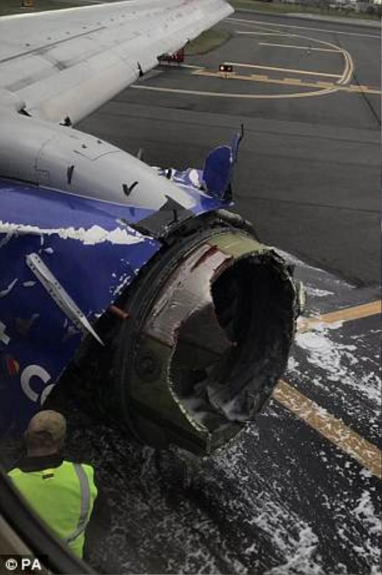 Động cơ bên trái của chiếc máy bay gặp trục trặc và bất ngờ nổ tung ngay trên không trung khiến Jennifer thiệt mạng cùng 7 người khác bị thương. Ảnh: PA
