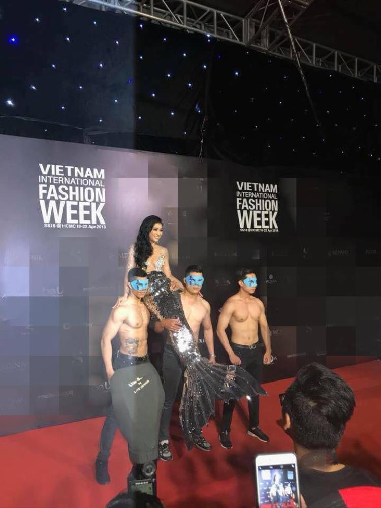 """Tham dự đêm bế mạc VIFW 2018, Tiêu châu Như Quỳnh thu hút sự chú ý của ống kính truyền thông khi hóa thân thành hình tượng """"nàng tiên cá mắc cạn"""" bên dàn trai sáu múi."""