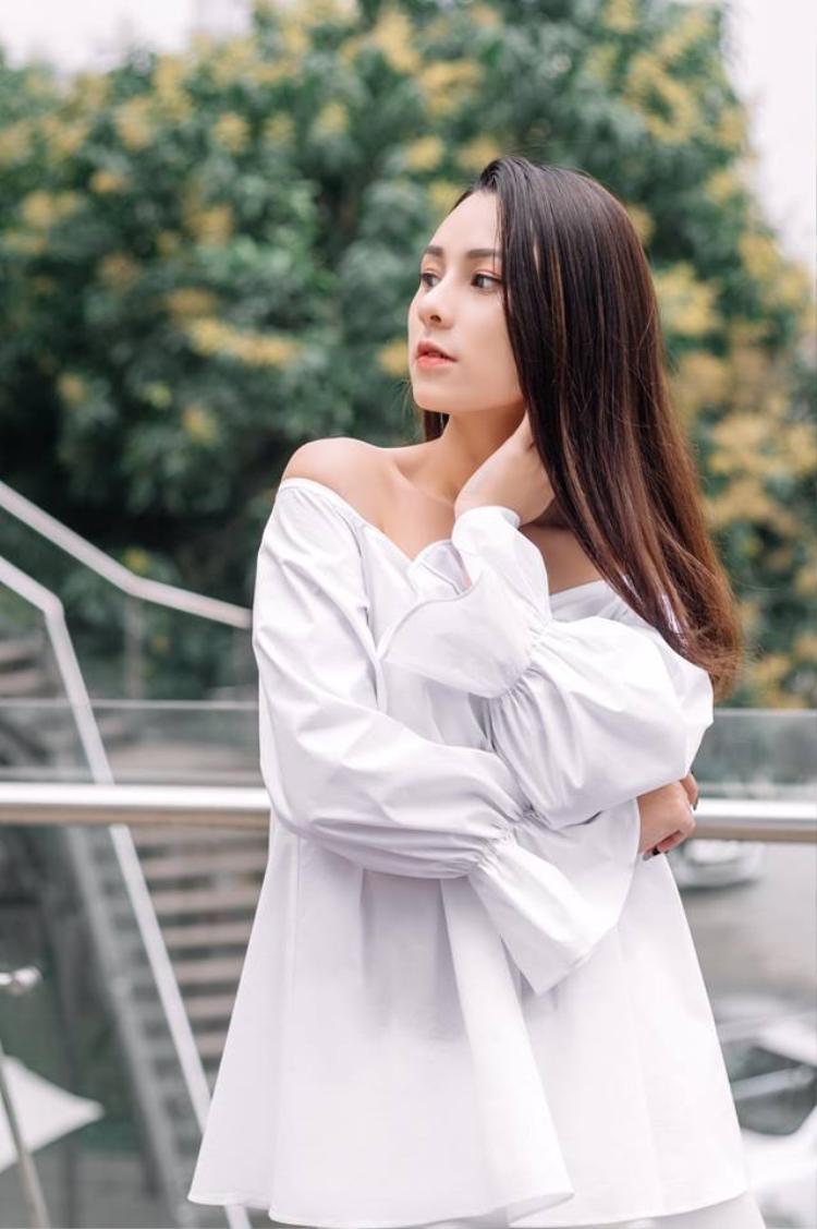Tham gia ngày hội tư vấn tuyển sinh, nữ sinh Báo chí trở thành tâm điểm vì vẻ đẹp rất Tây