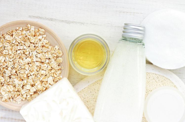 Tắm với sữa và yến mạch để làn da phục hồi.