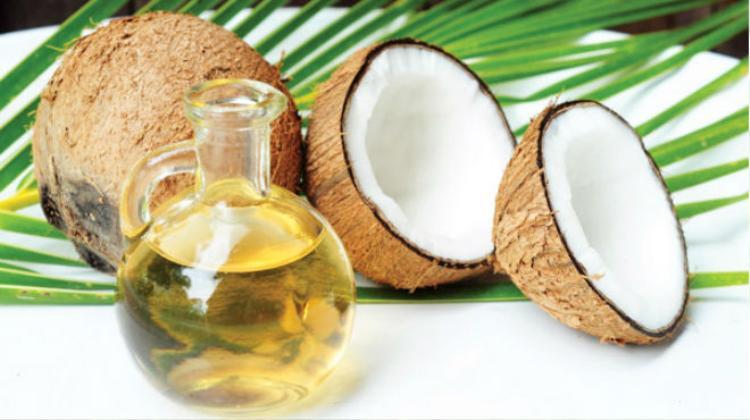 Trước khi thoa kem chống nắng, nên thoa một chút dầu dừa.