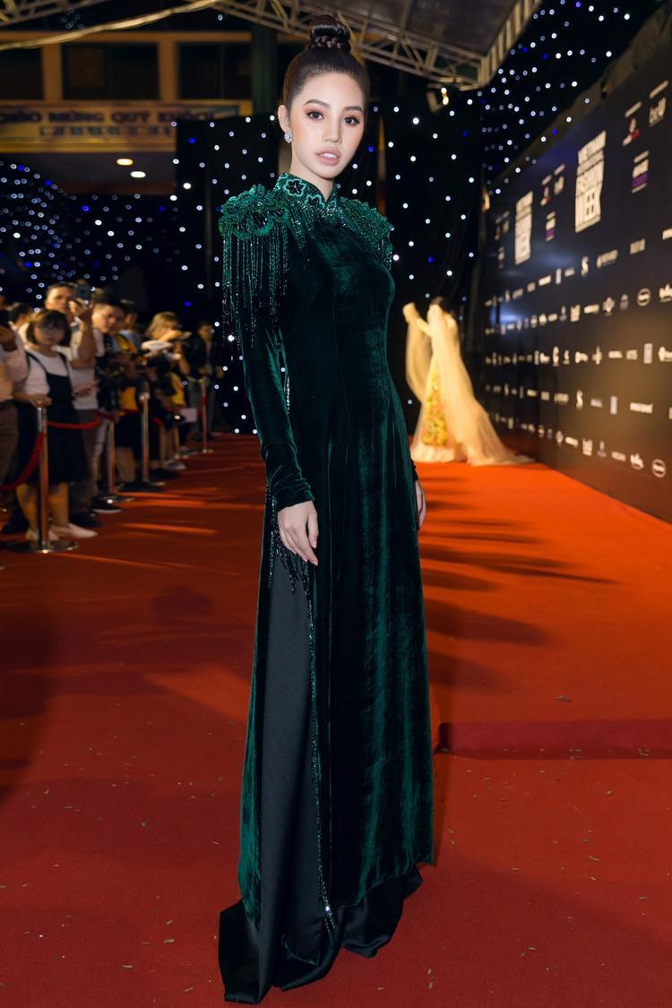 Chiếc áo dài nhung đen đem lại cho nàng hậu nét quyền lực, sang trong. Chi tiết đính kết ngay cầu vai cũng làm trang phục thêm phần nổi bật.