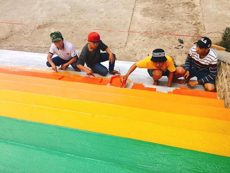 Xuất hiện nấc thang lên thiên đường đầy màu sắc đang được học sinh Lâm Đồng thi nhau sống ảo