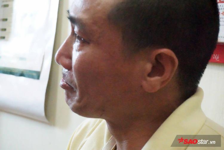 Người cha bật khóc mong con sớm quay về.