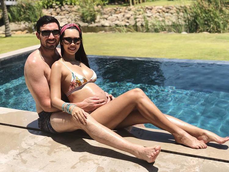 Trên trang cá nhân, siêu mẫuHà Anhđã đăng tải những khoảnh khắc mặc đồ bikini gợi cảm và không giấu được niềm hạnh phúc khi cùng chồng nghỉ ngơi thư giãn bên bể bơi. Dù đang mang bầu ở tháng thứ 8 nhưng côgần như vẫn giữ được cơ thể săn chắc, nhanh nhẹn.