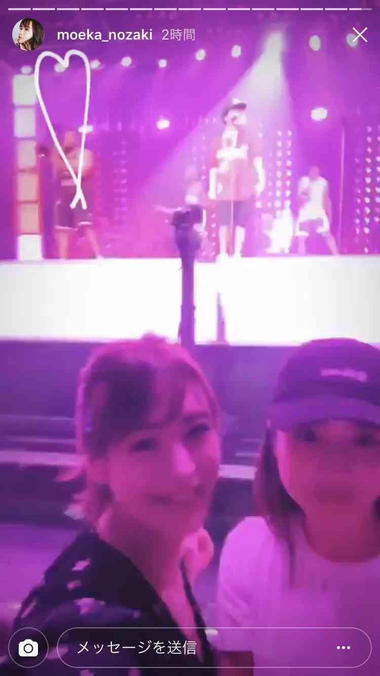Có lẽ do quá phấn khích nên cả hai liên tục chụp hàng loạt bức selfie với phông nền đằng sau là chàng ca sĩ đang biểu diễn.