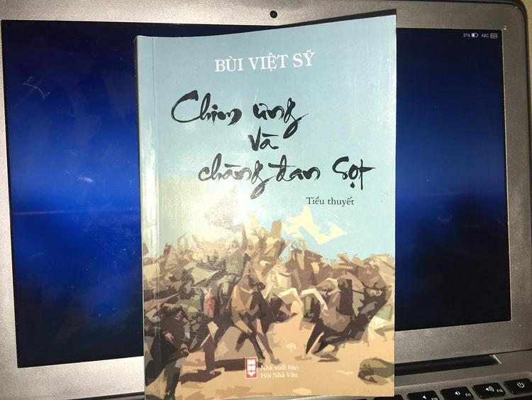 Tiểu thuyết Chim ưng và chàng đan sọt bị phản ứng gay gắt vì có những đoạn miêu tả cảnh làm tình thô tục.