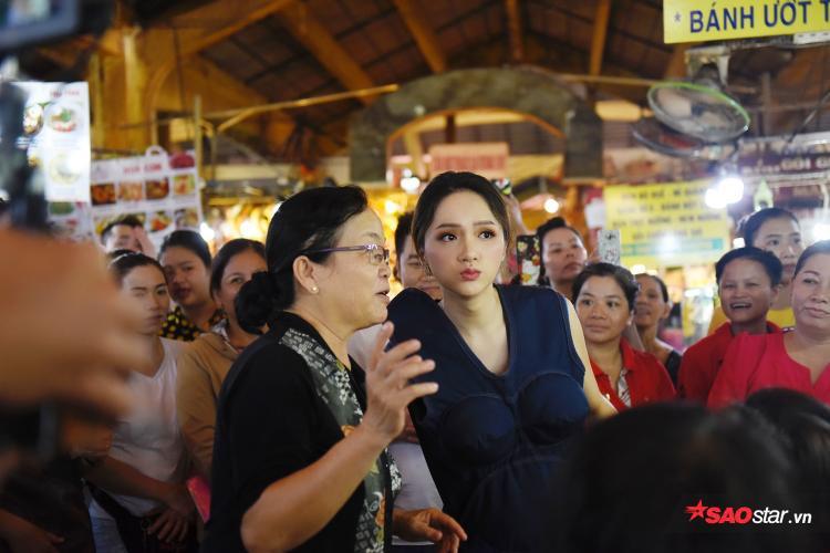 Hương Giang thân thiện trò chuyện cùng với những người dân xung quanh trong thời gian nghỉ ngơi.