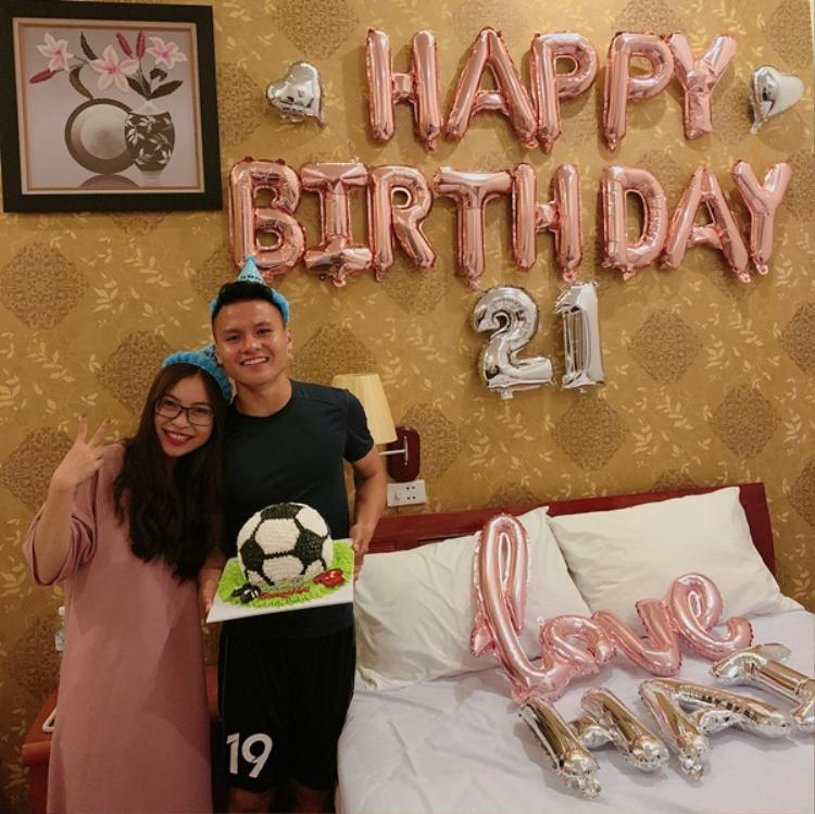 Quang Hải hạnh phúc bên người yêu trong ngày sinh nhật.
