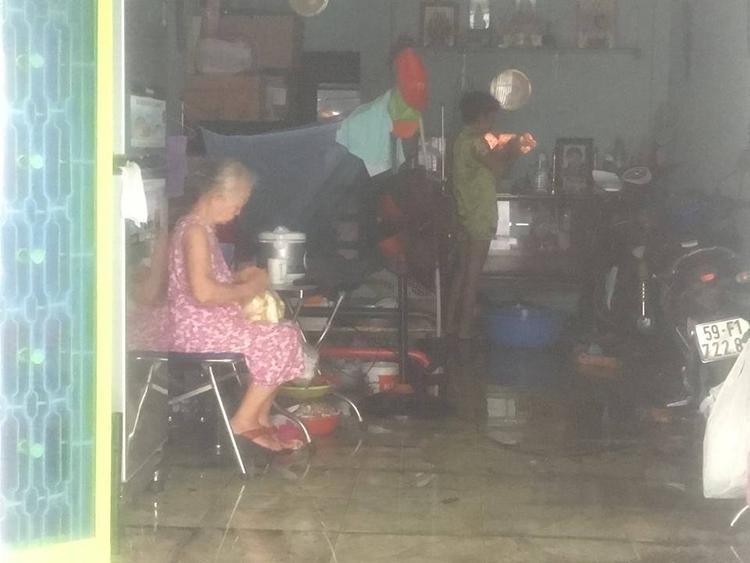 Do căn nhà hoả hoạn nằm trong con hẻm nhỏ nên việc chữa cháy gặp nhiều khó khăn.
