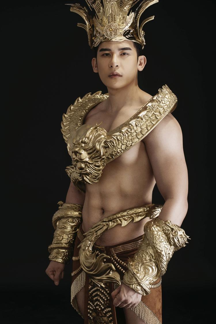 Bộ trang phục nặng hơn 40 kgđược mạ vàng để tăng sức hút.Các chi tiết trên trang phục được trạm trổ tinh xảo, tạo hiệu ứng thị giác cực mạnh. Tất cả tạo nên vẻ đẹp vô cùng nam tính, mạnh mẽ cho đại diện Việt Nam.