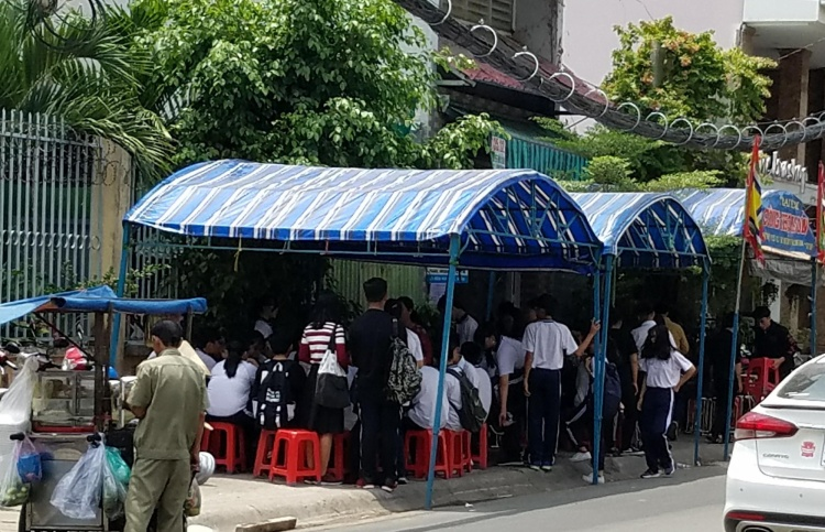 Các em học sinh tập trung đông tại tang lễ của cô giáo T. Ảnh: Thời Đại.