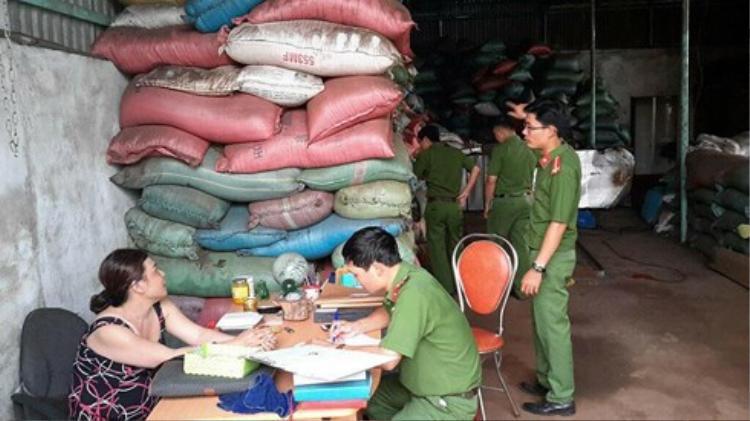Lực lượng chức năng khám xét tại cơ sở sản xuất cà phê pin của bà Loan. Ảnh: VOV