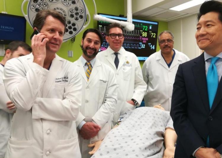 Các bác sĩ trong ekip phẫu thuật. Ảnh: AFP