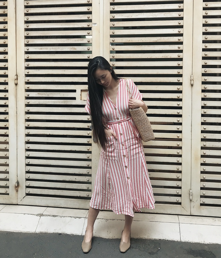 combo mang đậm màu sắc mùa hè gồm váy dài qua gối mix cùng túi cói là sự lựa chọn của hot girl Helly Tống khi xuống phố.