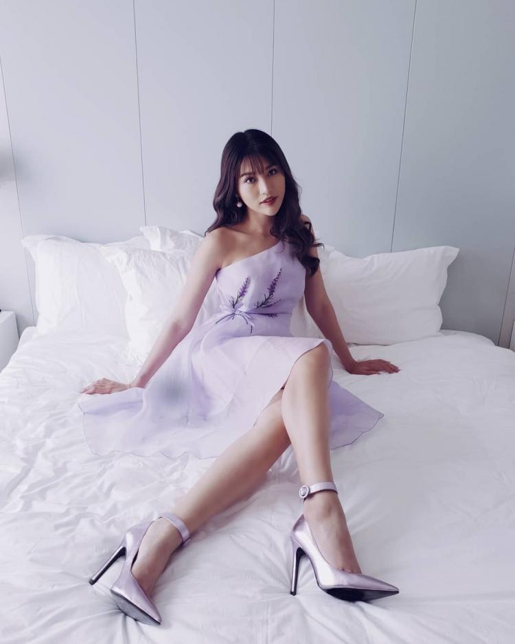 Chế Nguyễn Quỳnh Châu nhẹ nhàng, thanh tao cùng mẫu váy thêu hoa lavender và đôi giày gót nhọn cùng tông.