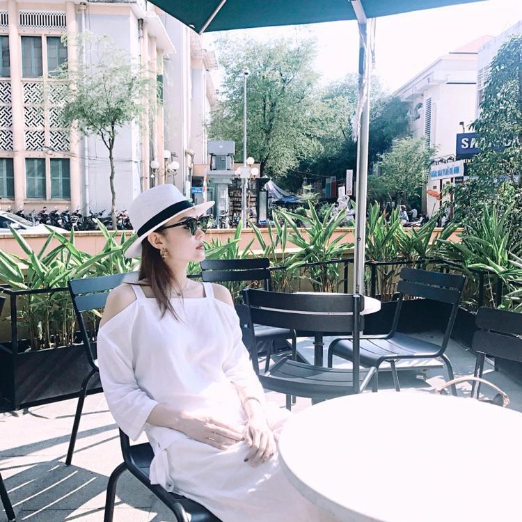 Minh Hằng đem đến không khí ngày hè cùng áo trễ vai và mũ cói, nhấn nhá bằng đôi hoa tai Chanel thời thượng.