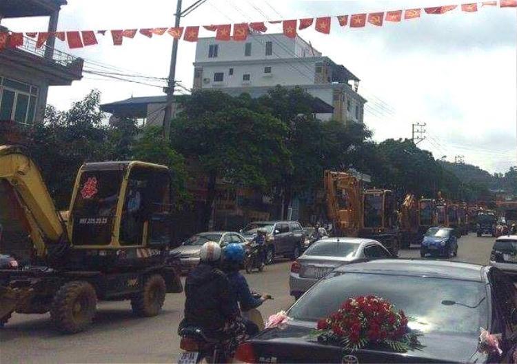 Người dân Sơn La tập trung ra đường xem màn rước dâu bằng 20 chiếc máy xúc dán chữ hỷ.