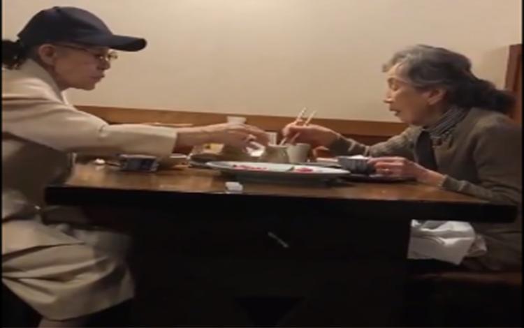 Hai cụ bà đi ăn và hàn huyên với nhau. Ảnh cắt từ clip.