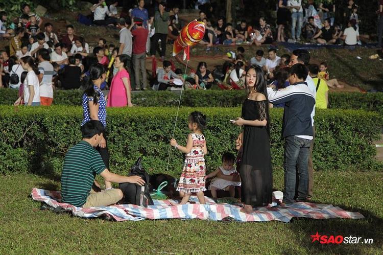Người dân ngồi nghỉ ngay ở những bãi cỏ mà không cần thuê nhà nghỉ, khách sạn.