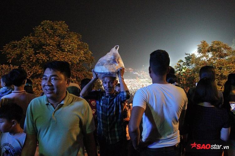 Nhiều người đội lễ lên đền dâng hương vua Hùng.