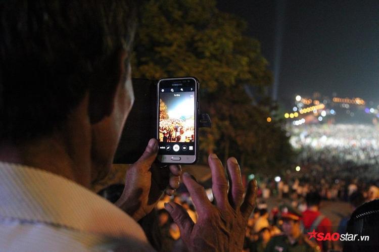 Người dân chụp ảnh kỉ niệm ở trục đường tắc nghẽn làm kỉ niệm.
