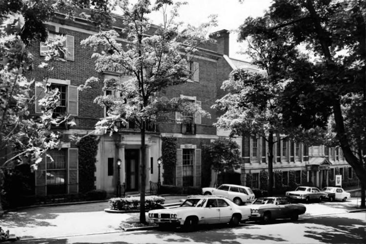 Cũng tòa nhà đó năm 1973.