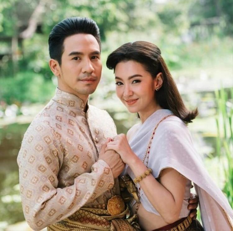 Cặp đôi chính trong phim do Pope Thanawat và Bella Ranee đảm nhiệm