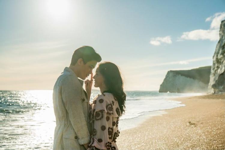 Biển xanh, nắng vàng, cát trắng cùng Aom và Sunny.