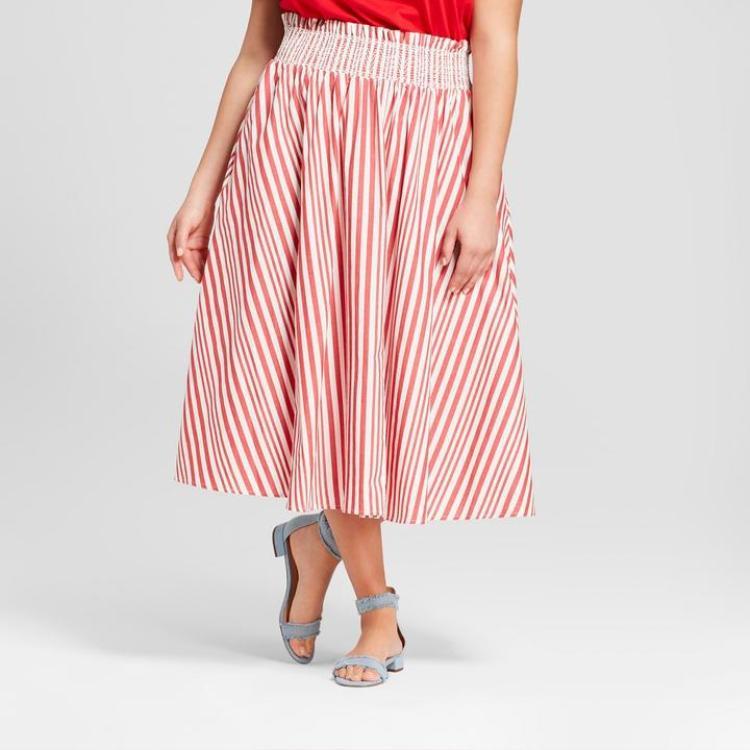 Những chiếc váy dài hơn gối cũng là lựa chọn đúng đắn của các nàng vì che khuyết điểm đôi chân quá cỡ. Phần lưng thun bèo nhún cách điệu tạo sự nữ tính điệu đà cho phái đẹp.Bạn sẽ vẫn xinh tươi, tự tin với ngoại hình của mình nếu biết chọn những thiết kế phù hợp thế này.