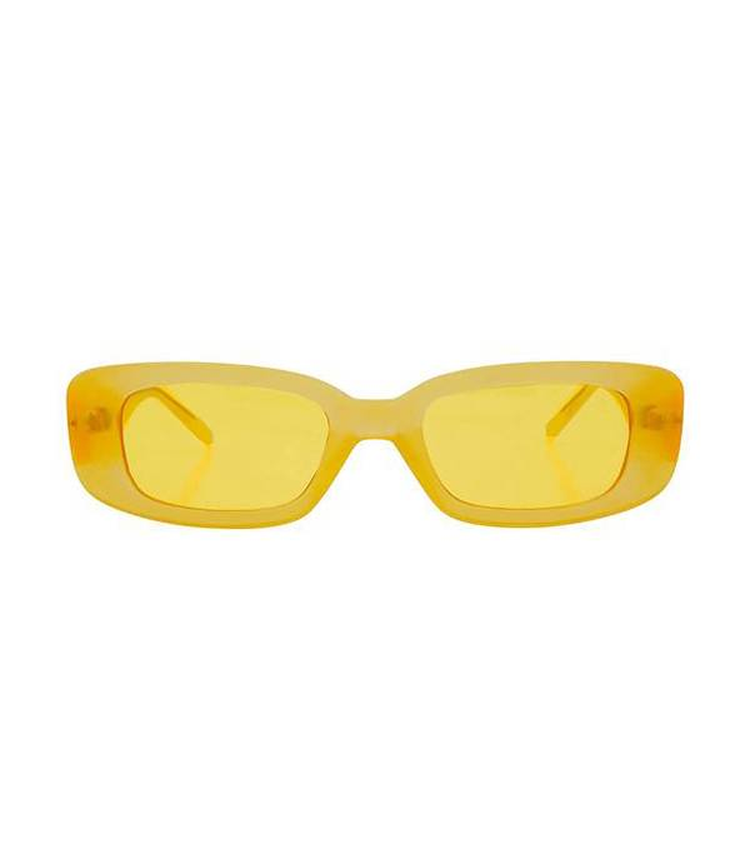 """Đến kiểu kính tin hin với tròng màu vàng đậm hứa hẹn sẽ khiến các tín đồ thời trang """"nhấp nhổm"""" không yên."""