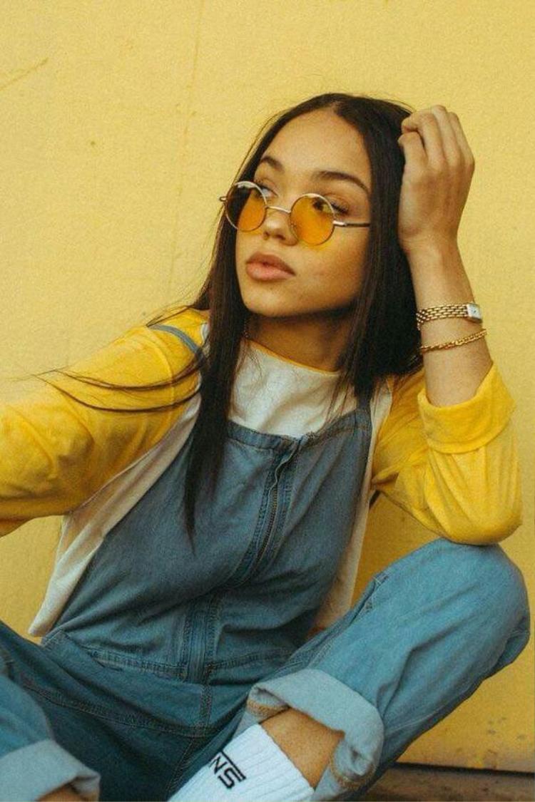 Màu vàng đang được xem như tông màu hot nhất của mùa hè năm nay, không chỉ dừng ở quần, áo những chiếc kính mát màu vàng như nắng chắc chắn sẽ khiến ngày hè của bạn rực rỡ hơn rất nhiều.