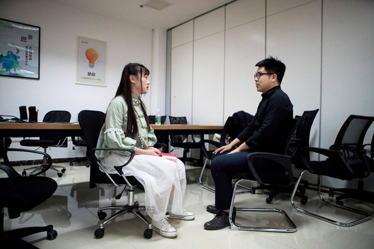 Shen chia sẻ với một nhân viên nam trong phòng họp về công việc và cuộc sống.