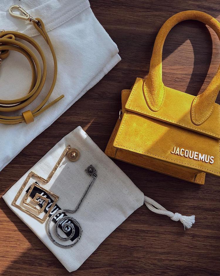 Trong đó, đáng kể nhất phải nói đến chiếc túi màu vàng bé xinh bằng da thuộc, có kìch thước bé tẹo, chỉ vừa bằng đôi hoa tai mà cô nàng đang để kế bên.