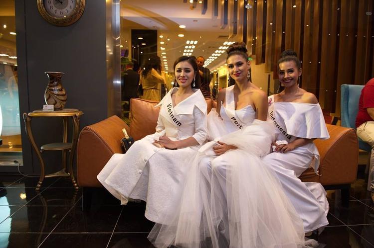 Chiếc váy trắng cổ chữ V này không hề xa lạ, bởi từng được Midu xúng xính ăn diện, xuất hiện nổi bật trên một tờ tạp chí lớn.