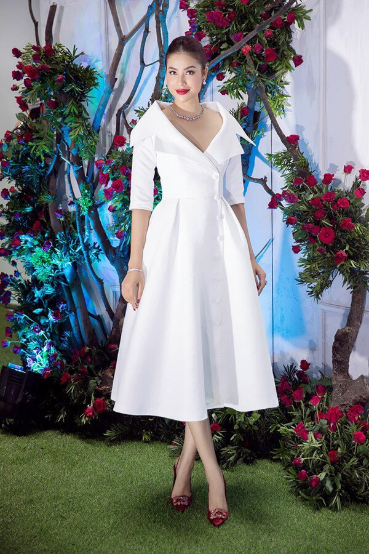 """Cựu Hoa hậu Hoàn vũ Phạm Hương cũng nổi bật hết nấc trong thiết kế này.Chiều cao nổi bật, kiểu tóc hài hòa, gương mặt sắc nét là những yếu tố tạo nên một hình ảnh """"Hoa hậu Quốc dân"""" không thể nào chuẩn hơn."""