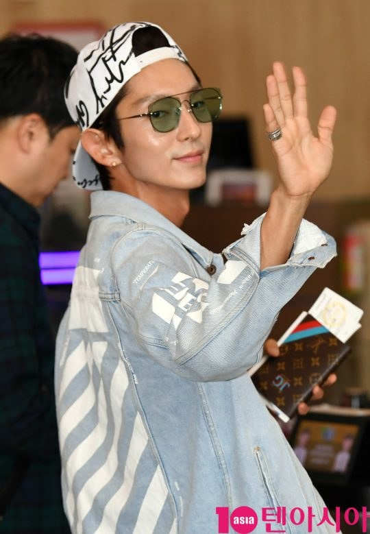 Kim Hyun Joong bị 'ghẻ lạnh' khi xuất hiện cùng Lee Jun Ki, Park Hae Jin và Ahn Jae Hyun
