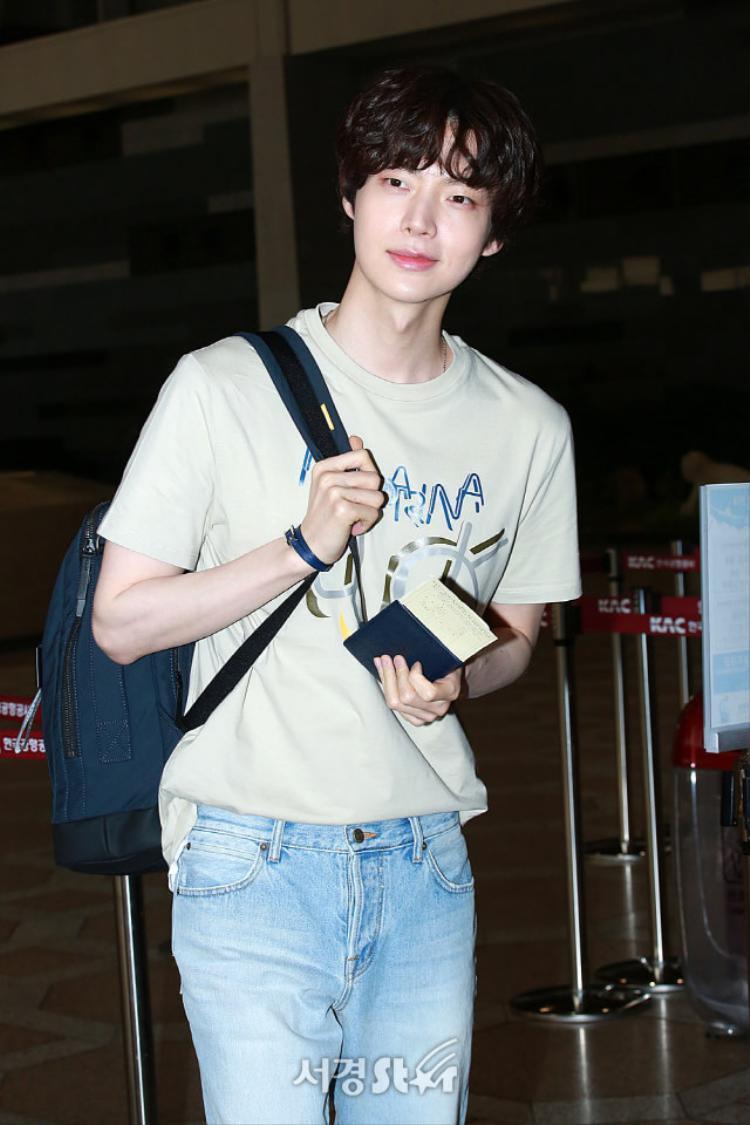 Ahn Jae Hyun chào fan và tươi cười trước ống kính.