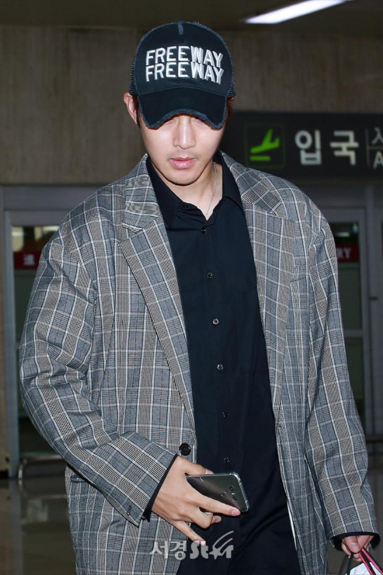 """Gương mặt mệt mỏi của diễn viên """"Vườn Sao Băng"""" Kim Hyun Joong."""