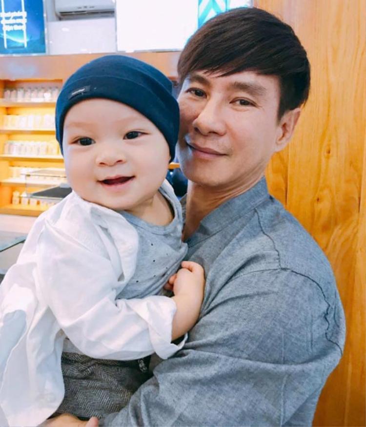 Cậu út Nguyễn Phi Phong được ba mẹ hy vọng sẽ trở thành một chàng trai thông minh, tính cách độc lập, dứt khoát như ý nghĩa cái tên của mình.