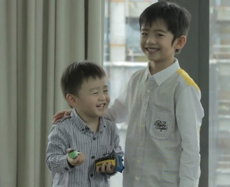 Hai con trai của Tạ Đình Phong càng lớn càng điển trai và ngoan ngoãn dù thiếu tình thương của bố.