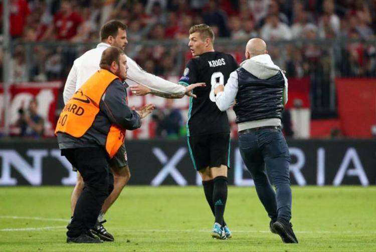 Trong khi đó, dù là đội khách, nhưng nhiều cầu thủ của Real như Ronaldo, Toni Kroos, Marcelo cũng được các CĐV tiến tới muốn chụp ảnh chung.