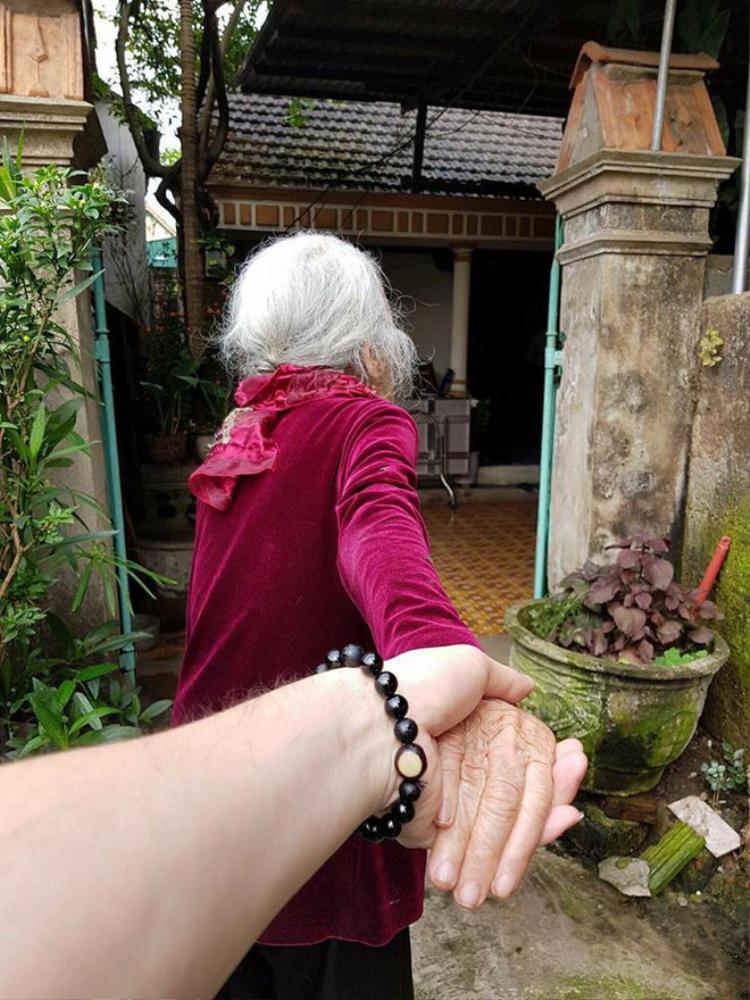Từ phong cách nắm tay nhau đi khắp thế gian…