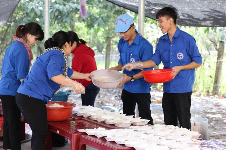 Các bạn sinh viên thuộc đội Công tác xã hội ĐH Nông Lâm (TP.HCM) đang chuẩn bị các suất ăn.