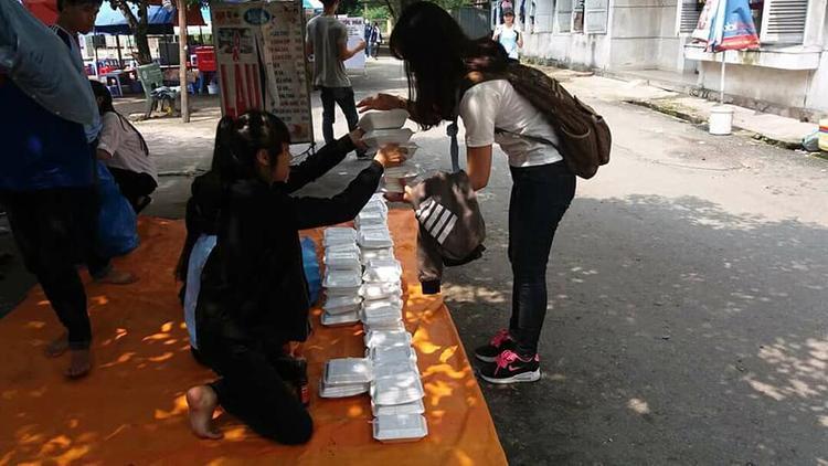 Các bạn sinh viên nhận cơm chay miễn phí trước cư xá trường ĐH Nông Lâm (TP.HCM).
